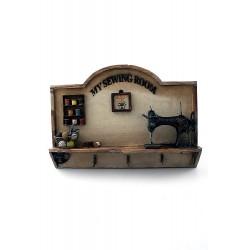 1T. Perchero madera/textil «My sewing room». Con máquina de coser «Singer» miniatura metal.