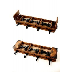 1T. Perchero con guardallaves en madera decorado con 3 miniaturas de máquinas de coser «Singer» antiguas